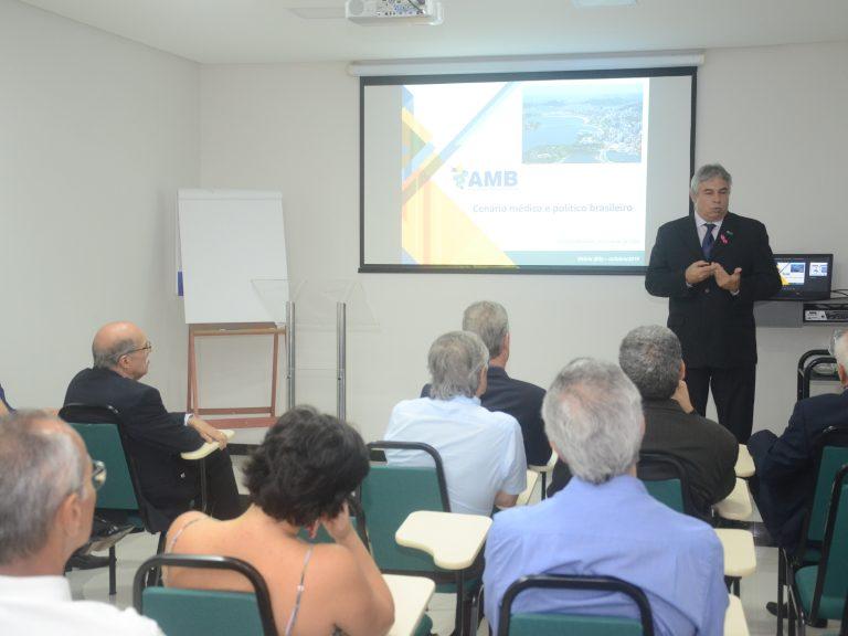 Presidente da AMB faz palestra pré-congresso na sede da AMES